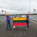 Tomas ir Neringa laiko iškėlę Lietuvos vėliavą